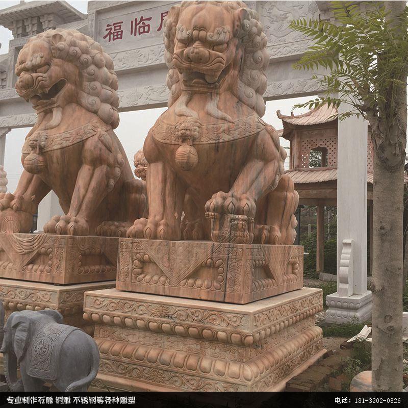 大门口摆放的石雕狮子